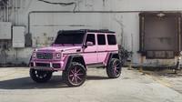 Růžový Mercedes-Benz G500 4x4² na výrazných kolech Forgiato
