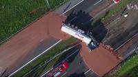 Polskou dálnici ochromil převrácený tahač převážející 12 tun čokolády