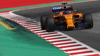 Fernando Alonso s novým předním křídlem v tréninku ve Španělsku