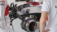 Detail předního zavěšení vozu Sauber C37 - Ferrari v tréninku ve Španělsku