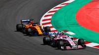 Esteban Ocon a Fernando Alonso v závodě ve Španělsku