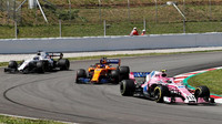 Esteban Ocon, Fernando Alonso a Lance Stroll v závodě ve Španělsku