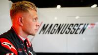 Kevin Magnussen v kvalifikaci ve Španělsku