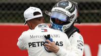 Valtteri Bottas a Lewis Hamilton po úspěšné kvalifikaci ve Španělsku