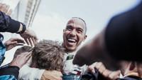 Lewis Hamilton se raduje z vítězství v závodě ve Španělsku