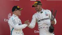 Lewis Hamilton a Valtteri Bottas na pódiu po závodě ve Španělsku