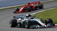 Valtteri Bottas a Kimi Räikkönen v závodě ve Španělsku