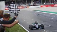 Lewis Hamilton v cíli v závodu ve Španělsku