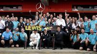 Tým Mercedes se raduje z vítězství po závodě ve Španělsku