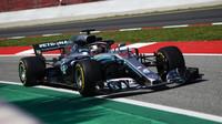 Lewis Hamilton si tento víkend bude muset vystačit se starším motorem