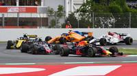 Daniel Ricciardo a Romain Grosjean v závodě ve Španělsku