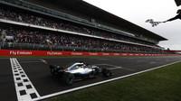 Lewis Hamilton v cíli závodu ve Španělsku
