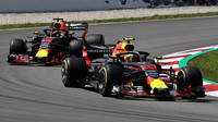 Max Verstappen a Daniel Ricciardo v závodě ve Španělsku