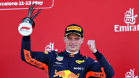 Max Verstappen se svou trofejí na pódiu po závodě ve Španělsku