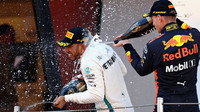 Max Verstappen a Lewis Hamilton na pódiu po závodě ve Španělsku