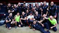 Max Verstappen se raduje se svými mechaniky po závodě ve Španělsku