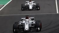Marcus Ericsson a Charles Leclerc v kvalifikaci ve Španělsku