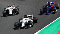 Marcus Ericsson, Sergej Sirotkin a Brendon Hartley v závodě ve Španělsku