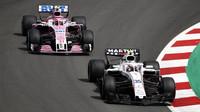 Sergej Sirotkin a Esteban Ocon v závodě ve Španělsku