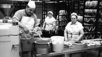 Klobásy Currywurst z produkce automobilky Volkswagen (zdroj: Bundesarchiv)