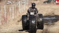 Černá vdova: Speciální tříkolka ve stylu Monster-trucku