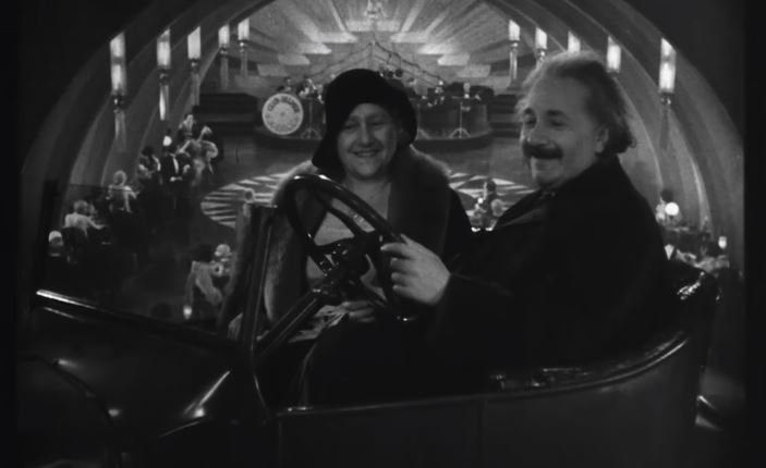 """Profesor Albert Einstein se stal jedním z prvních řidičů """"létajícího automobilu."""" Tedy alespoň na filmovém plátně"""