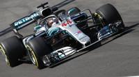 Mercedesy s čerstvými motory na čele, Ricciardo a Ferrari je v 1. tréninku stíhali marně - anotační foto