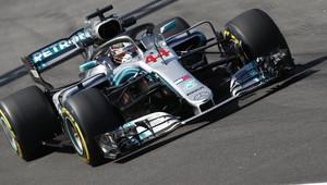 Mercedesy s čerstvými motory na čele, Ricciardo a Ferrari je v 1. tréninku stíhali marně - anotační obrázek