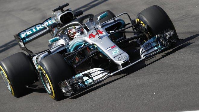 Lewis Hamlton se dostává ohledně svého působení u Mercedesu do zájmu médií