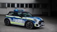 MINI John Cooper Works v barvách německého policejního speciálu