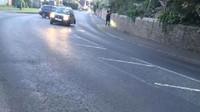 Výmol na silnici řidičce doslova vytrhl zadní nápravu