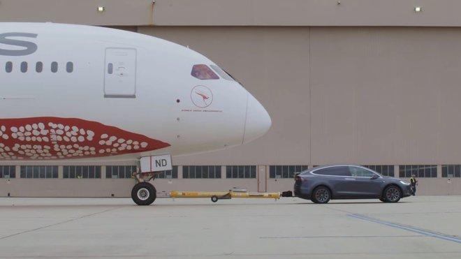 Tesla Model X dokázala utáhnout obří Boeing 787-9 Dreamliner