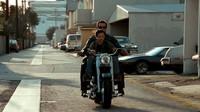 Arnold Schwarzenegger na stroji Harley-Davidson FLSTF Fat Boy během natáčení filmu Terminátor 2: Den zúčtování
