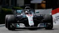 Lewis Hamilton během tréninku v Monaku