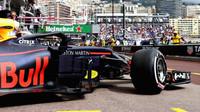 Max Verstappen opouští garáž Red Bullu během tréninku v Monaku