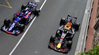 Daniel Ricciardo a Brendon Hartley v tréninku v Monaku