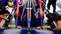 Zadní část vozu Toro Rosso v tréninku v Monaku