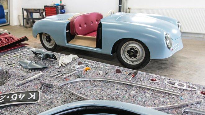 Replika prvního vyrobeného Porsche 356 Roadster