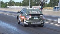 Upravená Toyota Prius SRT8 předvádí na závodní tratit parádní show