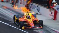 Jak rychle uhasit požár auta? Závodní jezdec zvolil nečekanou možnost - anotační foto