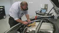 """Technici Porsche začínají během své práce využívat systém rozšířené reality """"Tech Live Look"""""""