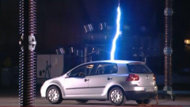 Automobil zasažený  výbojem o síle 800 000 V přežil bez problémů