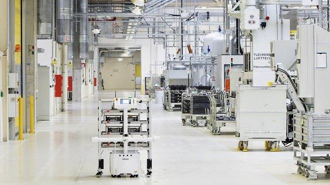Kompaktní robot najednou přepraví až 130 kilogramů nákladu. Pro naučení trasy stačí vozidlo jednou provést po trase mezi jednotlivými stanicemi tam a zpět – změny v okolí pak rozpoznává sám.