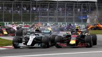 Valtteri Bottas a Max Verstappen po startu závodu v Kanadě