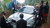 Nigerijský občan nechal pohřbít svého otce v novém BMW X6