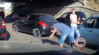 Ruské silnice se dokáží během chvíle změnit v boxerský ring