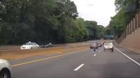 Uvolněné kolo napáchalo na dálnici pořádnou paseku