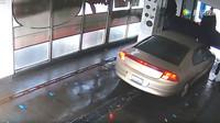 Mytí auta v myčce se pořádně zvrtlo, přitom jen stačilo následovat instrukce