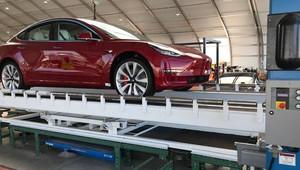 Výroba aut ve stanu? Tesla se snaží nahnat produkci nevídanými způsoby - anotační obrázek