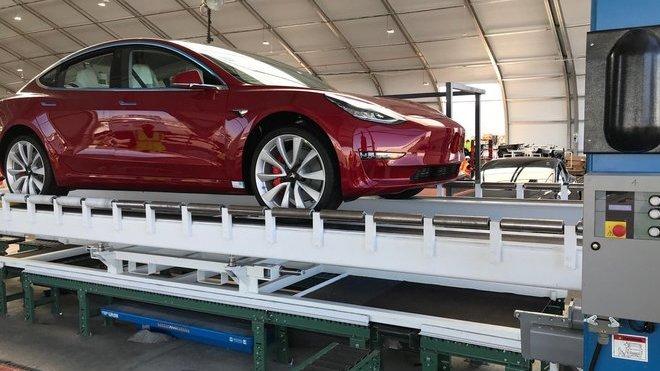 Snímky z nové výrobní linky společnosti Tesla
